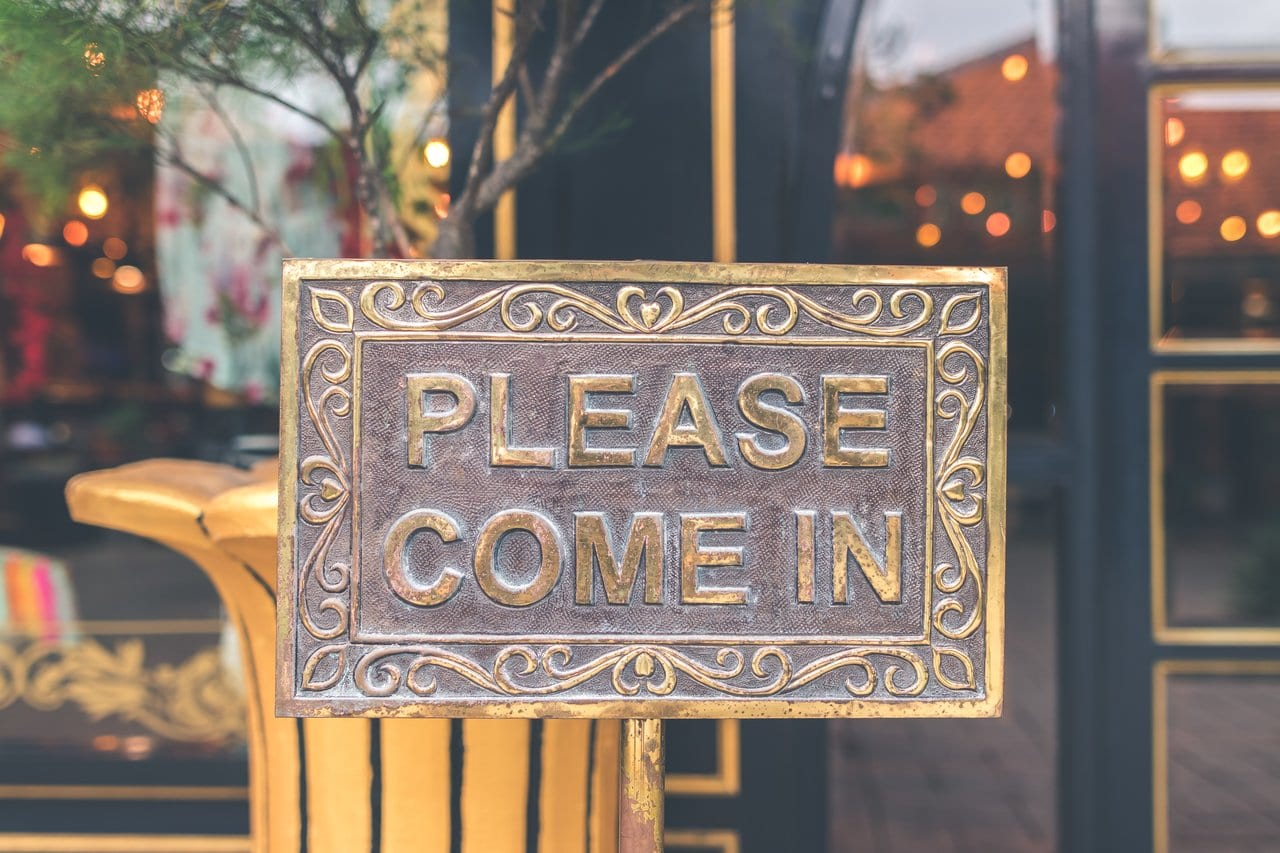 Photo of a 'Please come in' sign